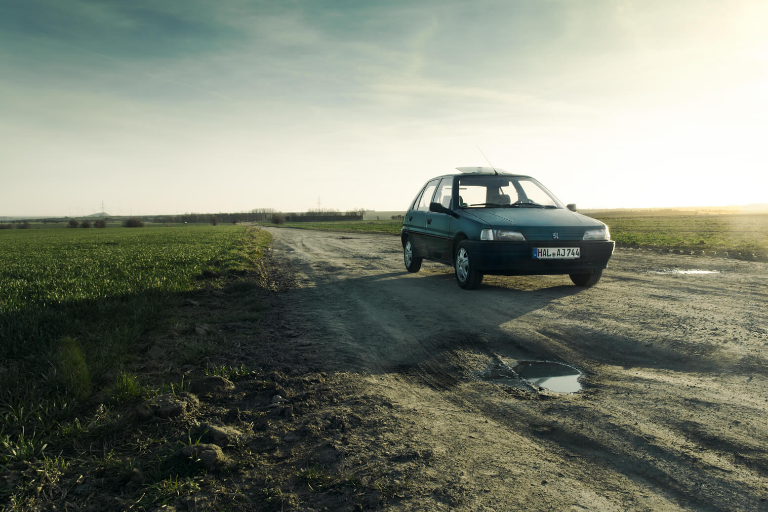 Peugeot 106 bei Dämmerung im Frühjahr.
