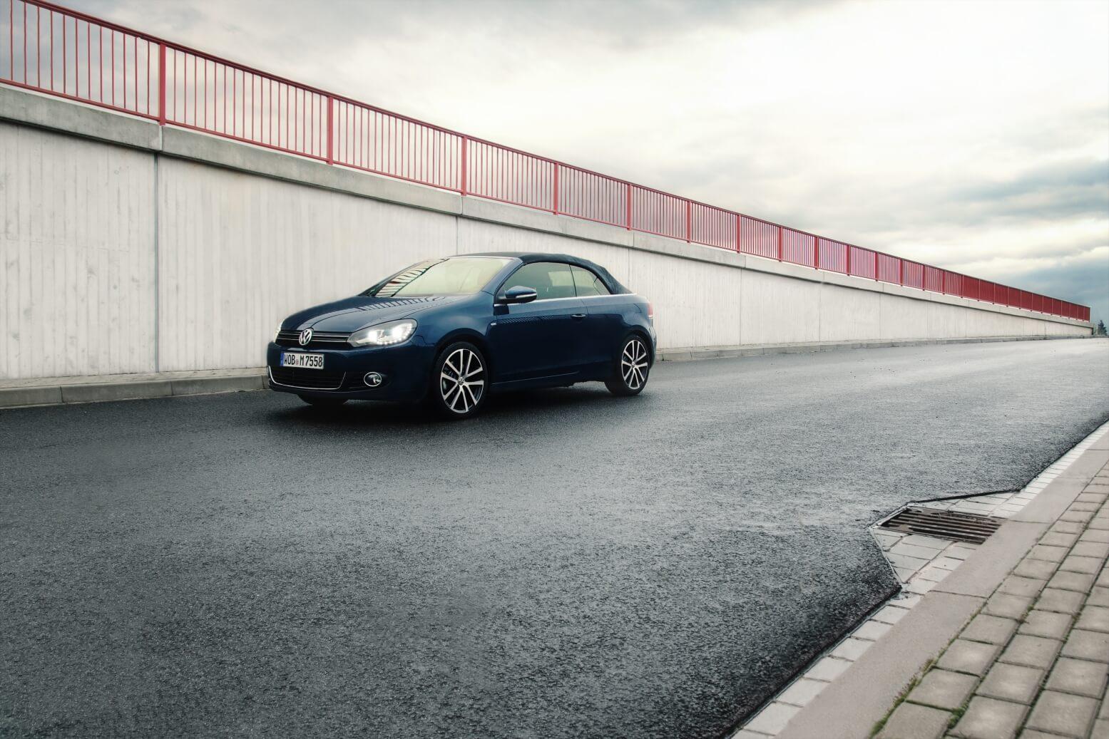 Volkswagen Golf VI Convertible in blau. Erik Draeger Photography